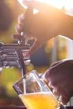 Пиво заполняя вверх Стоковые Фото