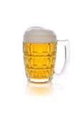 Пиво лить в стекло на белой предпосылке Стоковые Фото