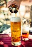 Пиво лить в стекло стоковые фотографии rf