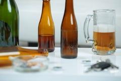 Пиво и бутылки кружки в баре Стоковое Фото