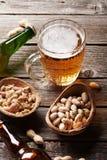 Пиво и гайки Стоковое фото RF