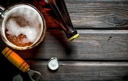 Пиво и консервооткрыватель с крышкой стоковые фотографии rf