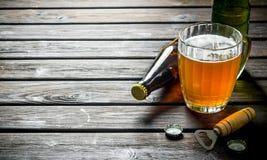 Пиво и консервооткрыватель с крышкой стоковая фотография