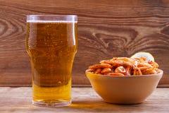 Пиво и креветки в шаре на деревянной предпосылке Стекло пива и креветок aleppo стоковое изображение rf