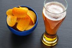 Пиво и много желтых обломоков седловины Стоковое Фото