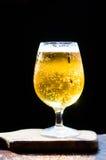 Пиво и обломоки на деревянной предпосылке Стоковое Изображение