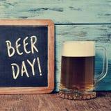 Пиво и доска с днем пива текста Стоковые Изображения