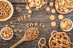 Пиво и партия надписи составленные шутих на деревянном хряке Стоковые Фотографии RF