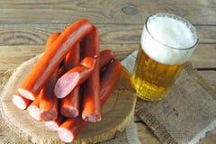 Пиво и сосиски стоковые изображения