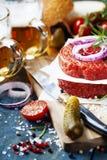 Пиво и сырцовые котлеты стейка бургера мяса говяжего фарша с seasonin Стоковые Изображения