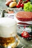 Пиво и сырцовые котлеты стейка бургера мяса говяжего фарша с seasonin Стоковое Фото
