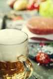 Пиво и сырцовые котлеты стейка бургера мяса говяжего фарша с seasonin Стоковое Изображение RF