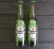 Пиво лагера Heineken питья бутылки свежести 11-ое февраля 2017 Украины Киева холодное международное на черное деревянном Стоковая Фотография
