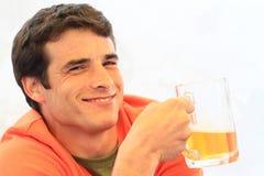 Пиво молодого человека выпивая Стоковое фото RF