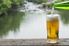 Пиво на водопаде. стоковое фото