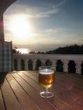 Пиво на заходе солнца Стоковые Изображения