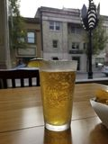Пиво на таблице с взглядом окна стоковое изображение