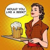 Пиво официантки на подносе Стоковое Изображение