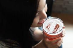Пиво питья женщины стоковая фотография