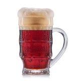 пиво предпосылки содержит красный цвет путя архива отрезока морозным изолированный стеклом к белизне Стоковая Фотография