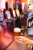 Пиво ремесла человека лить от кранов пива в замороженном стекле с пеной Селективный фокус Концепция спирта сбор винограда типа ли стоковое фото rf