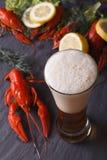 Пиво с концом-вверх раков на таблице Вертикальное взгляд сверху Стоковая Фотография RF