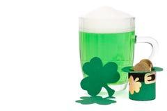 пиво чеканит зеленый shamrock leprechaun шлема Стоковые Изображения