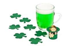пиво чеканит зеленый shamrock leprechaun шлема Стоковая Фотография