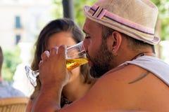 Пиво человека выпивая в кафе Стоковые Изображения