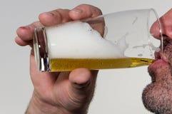 Пиво человека выпивая Стоковое фото RF