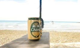 Пиво Chang около острова пляжа стоковые фотографии rf