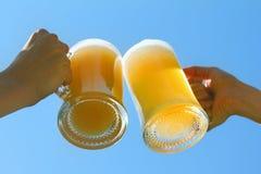 Пиво clink людей стоковое изображение