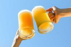 Пиво clink людей стоковое фото rf