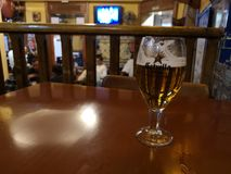 Пиво Estrelle Damm, служило в таблице бара стоковые изображения