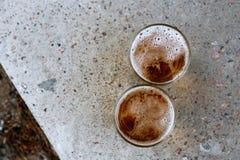пиво frothed польностью стеклянные стекла одно 2 вверх Стоковая Фотография RF