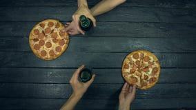 Пиво, pepperoni и пицца мяса на экологической черной предпосылке сток-видео