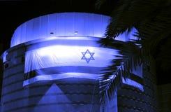 Пиво-Sheva, ИЗРАИЛЬ - апрель 2012: Израильский флаг на искусствах здания центризует на День независимости в пиве-Sheva, Израиле Стоковая Фотография RF