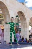 Пиво-Sheva, ИЗРАИЛЬ - 5-ое марта 2015: Гимнаст девушки на этапе в зеленом костюме Стоковое Фото