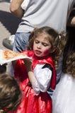 Пиво-Sheva, ИЗРАИЛЬ - 5-ое марта 2015: Девушка есть пиццу на улице в городе пива-Sheva 5-ого марта 2015 в Израиле Стоковые Изображения RF