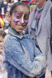 Пиво-Sheva, ИЗРАИЛЬ - 5-ое марта 2015: Портрет усмехаясь молодой девушки брюнет с бабочкой на ее стороне - Purim состава Стоковая Фотография