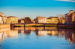 Пиза, Италия - 29-ое декабря 2017 - захватывающий вид на реке в th стоковые изображения