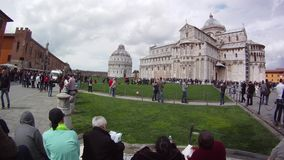Пиза Италия, промежуток времени, турист посещая известную башню Пизы места на квадрате di Пизы Torre чудес на dei аркады сток-видео