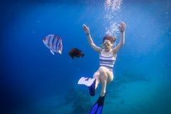Пикирование девушки в Красном Море с желанием стоковые фотографии rf