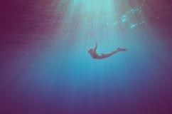 Пикирование девушки подводное стоковые фото