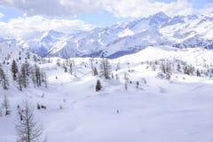 Пики Альпов в зиме с мягким снегом Стоковое Фото