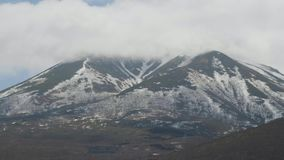 Пики горы снежные и туманный ландшафт облаков Туманный помох над снежными горами видеоматериал