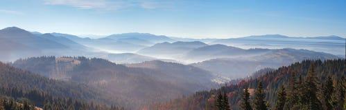 пики гор утра тумана первой травы высокие излучают снежное солнце Туман восхода солнца и осени над холмом Стоковое Фото