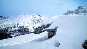 Пики зимы высокогорные, каменное шале похороненное в снеге Стоковая Фотография
