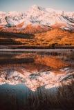 Пики скал на горизонте на красочном небе стоковая фотография