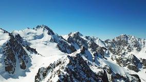 Пики снежных гор Красивый ландшафт снежных гор и утесов стоковые фотографии rf